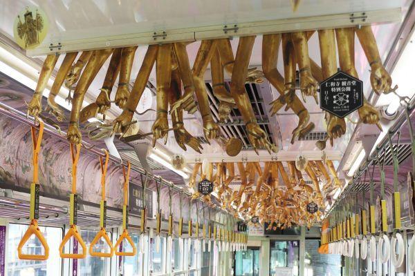天井から千手観音の手が 観音電車 の中吊り 京福電鉄に聞いた
