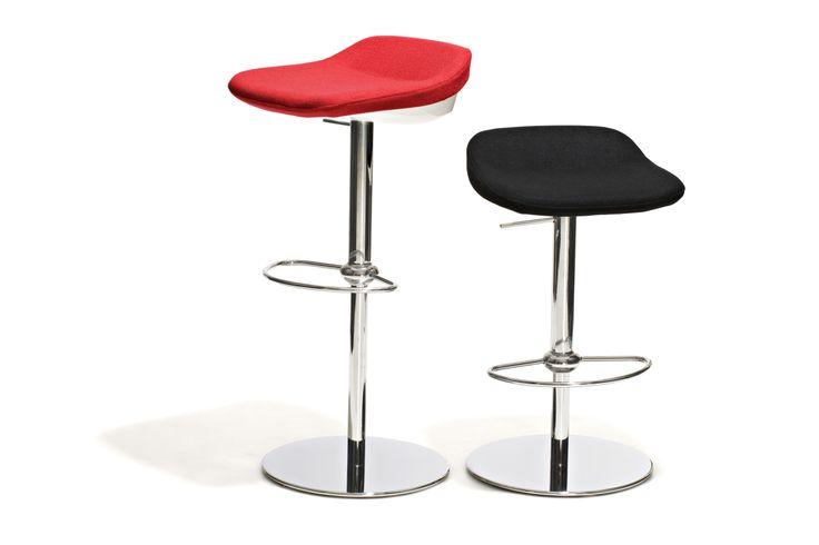 Marseille - Barstol, höj- och sänkbar, med sits i textil på ovansidan och plast undertill och underrede i blankpolerat stål. Finns med röd eller svart sits.