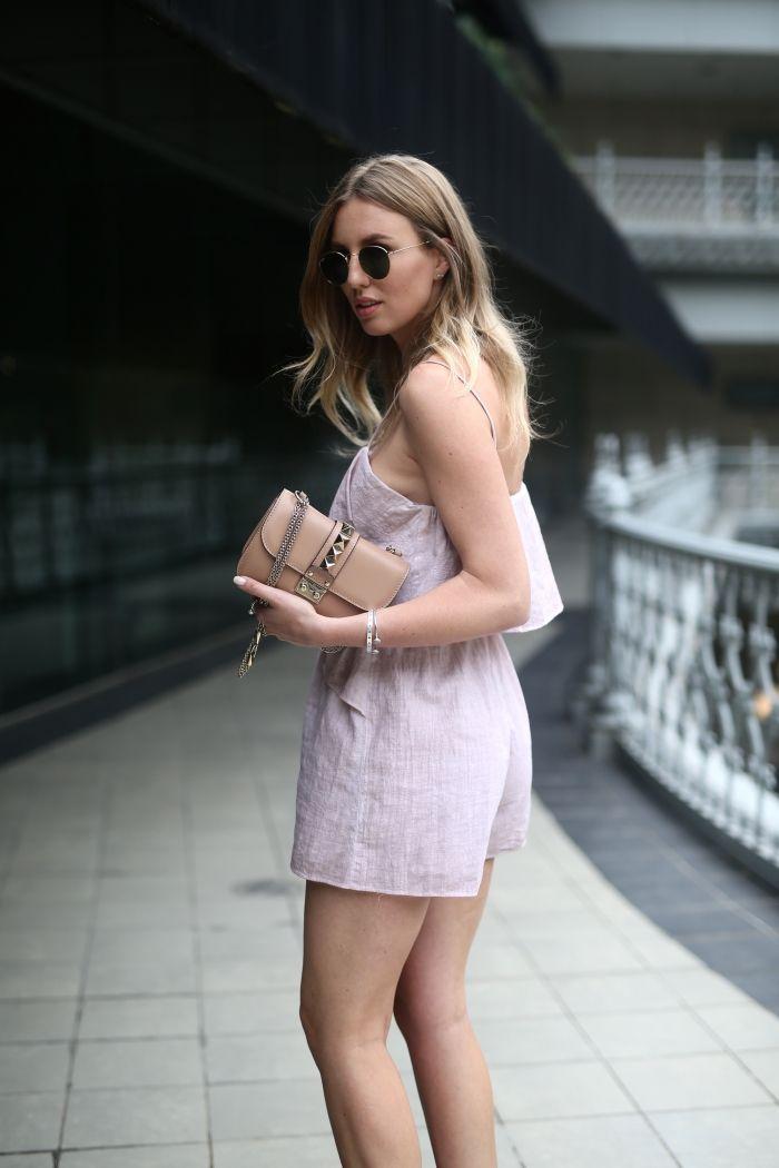 rose farbender Jumpsuit, Valentino Rockstud Tasche