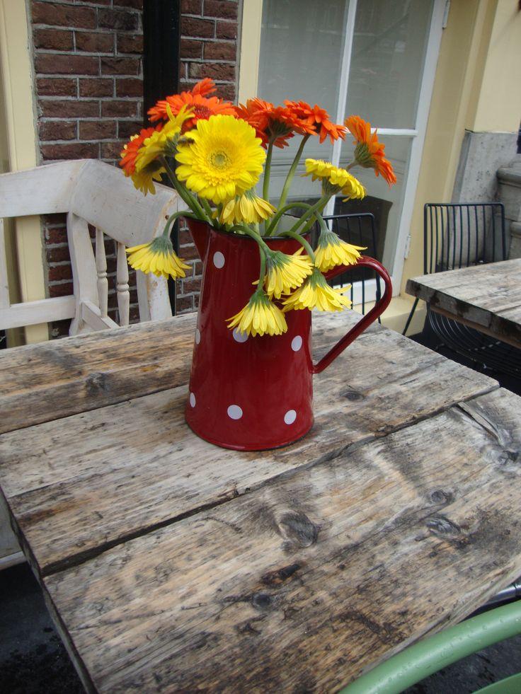 Coloratissime gerbere rallegrano un malandato tavolino di un bar Colorful Gerberas for a shabby table - Photo by Luisella Rosa http://unpiccologiardino.blogspot.it/