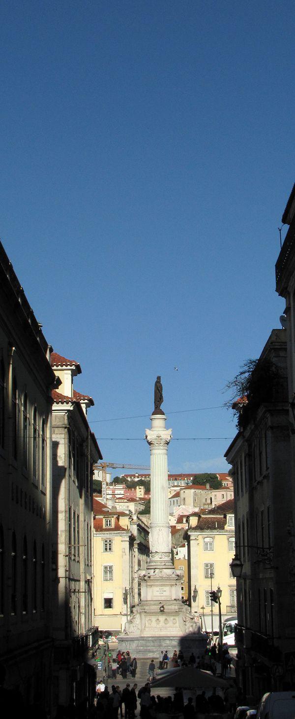 Estátua de D. Pedro IV na praça de mesmo nome, tomada da Calçada do Carmo.