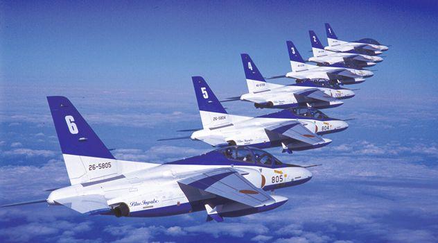 T-4 ブルーインパルス 華麗なアクロバット飛行を披露する「ブルーインパルス」の三代目機種です 航空自衛隊のアクロバットチームである「ブルーインパルス」の三代目機種がT-4です。二代目機種T-2の後継機として採用され、平成7年度に松島基地の4空団11飛行隊として「T-4ブルーインパルスチーム」が誕生しました。以後、全国各地で展示飛行を行い、現在に至っています。長野オリンピックや日韓合同開催のワールドカップでも会場上空で展示飛行を行いました。平成9年には、米空軍50周年記念で初渡米し、ネリス空軍基地で華麗なアクロバット飛行を披露しています。