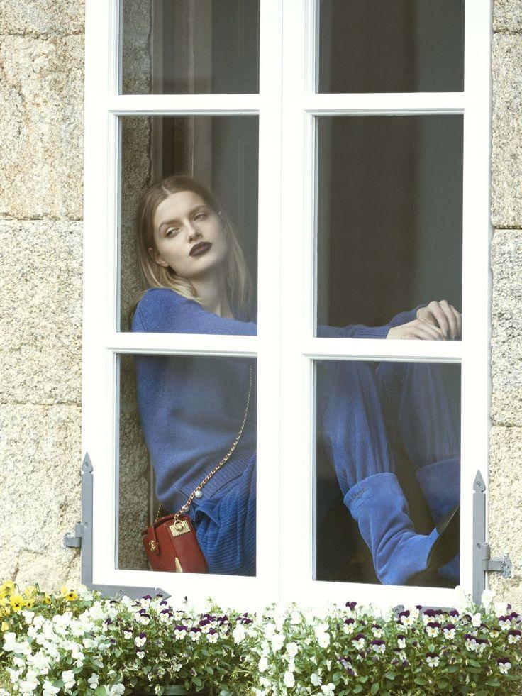 Jersey de punto con detalles de perlas Chanel, pantalón de pana Lebor Gabala, botas de ante y bolso de piel en rojo, ambos de Chanel.