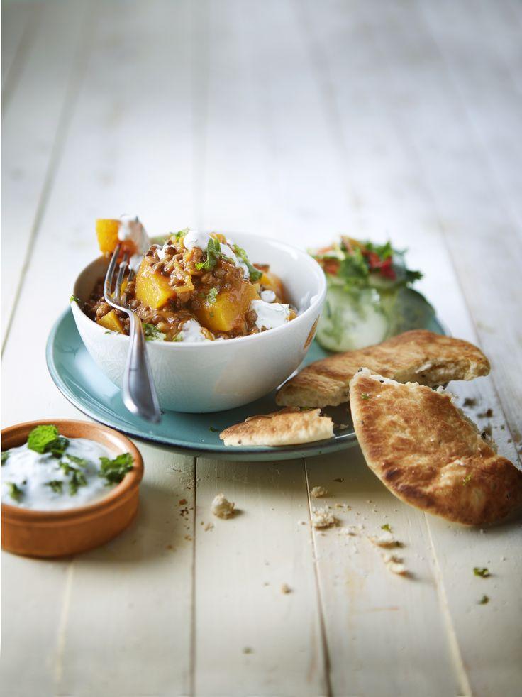 Verhit de olie en fruit hierin de ui circa 4 minuten. Voeg de currypasta toe en bak op een lage stand een paar minuten mee. Voeg de pompoen toe en roerbak nog een paar minuten mee. Voeg de tomaten en bouillon toe en roer goed door. Laat de pompoenblokjes circa 15 minuten zachtjes stoven tot ze beetgaar zijn. Roer de linzen erdoor en warm nog circa 5 minuten mee. Schep wat yoghurt en munt op de curry en serveer de rest er apart bij. Lekker met naanbrood en een komkommersalade.
