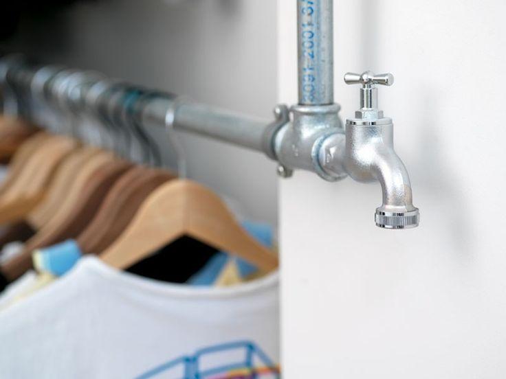 Når nu tøjet hænger på vandrør, hvorfor så ikke gå hele vejen og understrege det med en vaskeægte vandhane i enden. Det kan vi li'!