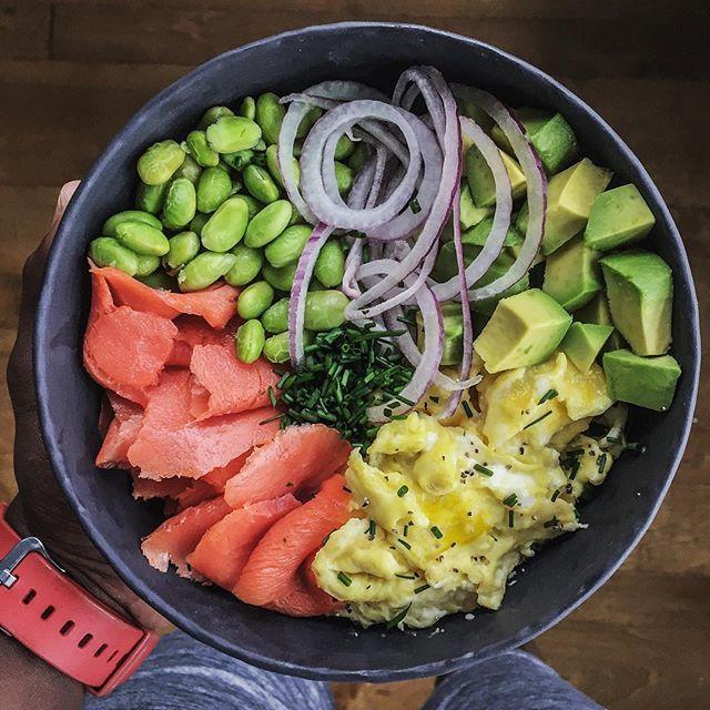 #Breakfast for #dinner? Heck yeah. Anyone else do this? This power bowl is protein-packed and satisfying with healthy fats: smoked salmon + scrambled eggs + avocado + steamed edamame + red onion + chives. Boom. (traducción abajo) ------ #Desayuno para la #cena? #Yatusabes. Quien más come platos de desayuno para la cena? Este bol tiene mucha proteína y grasas saludables: salmón ahumado + huevos revueltos + aguacate + edamame al vapor + cebolla roja + cebollino. Bum. #foodofinstagram…