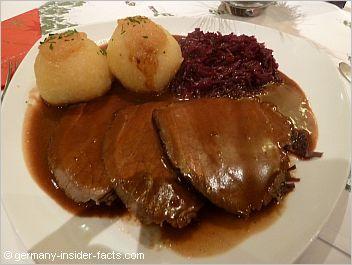 Rindfleisch, Knoedel, und Rotkohl