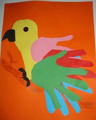 Perroquet. Le corps du perroquet est fait avec le tracé du pied (ou de la semelle de la chaussure) et les ailes avec les mains que l'on trace quatre fois.