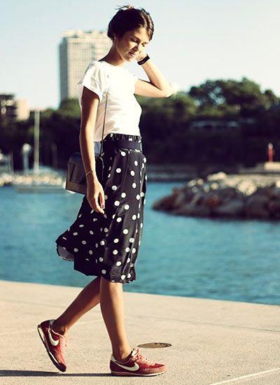 白Tシャツ×黒スカート&スニーカーのスポーティコーデ(レディース)海外スナップ   MILANDA