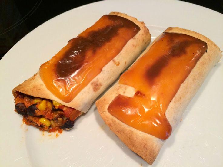 Heerlijke tortilla wraps met bonen, tomatensaus en cheddarkaas. Een vegetarisch gerecht maar ook te bereiden met vlees, zie de variaties onderaan het recept.
