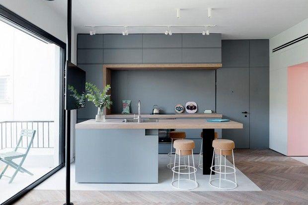 L'architecte d'intérieur Maayan Zusman et l'architecte Amir Navon du studio 6b ont rénové un appartement de 55 m² à Tel-Aviv. Pour tirer le meilleur parti de l'espace, le duo ont cassé les murs existants et ont utilisé des panneaux de bois pour diviser l'appartement en plusieurs pièces.  Presque tous les meubles, tables, étagères, lit, tiroirs… ont été conçus sur mesure par Maayan Amir et les espaces, y compris les zones de stockage, ont soigneusement agencés par Amir Navon...
