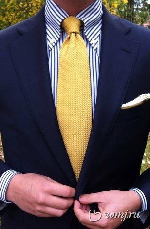 Фото синяя мужская рубашка с желтым галстуком