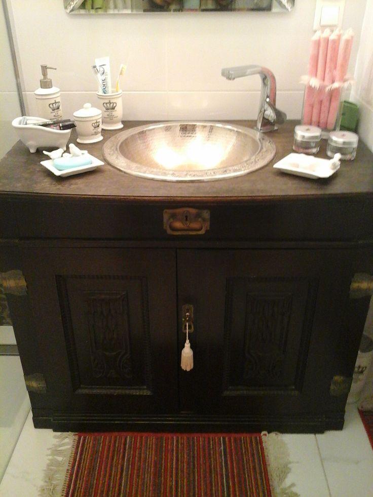 Barbara Golec - aranżacja szafki łazienkowej z użyciem ręcznie kutej umywalki miedzianej SOUMAYA