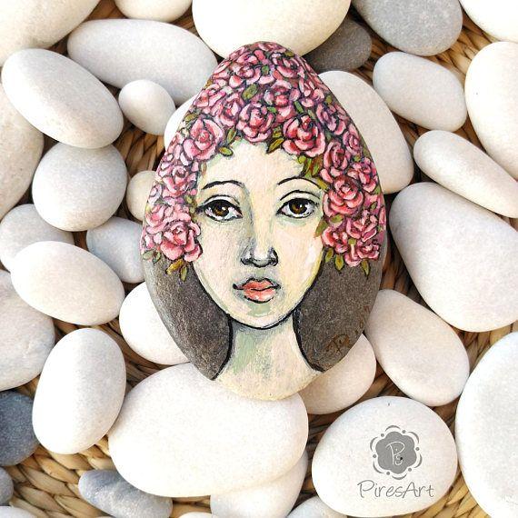 Cara de mujer pintada en piedra de playa retrato acrílico en