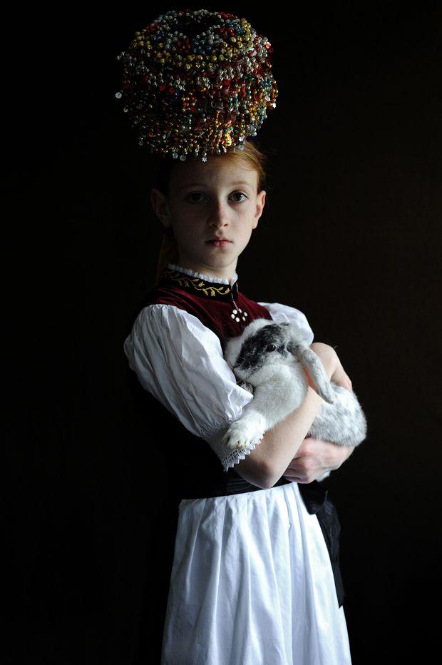 """Ein Mädchen bei der Erstkommunion in Sankt Peter im Schwarzwald. Serie """"Brautkronen"""", 2011 First communion. Saint Peter, black forest, Germany"""