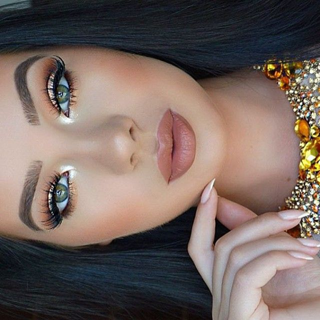Thursday look of the day from @klaudiabadura Products used to execute this look Brushes by #makeupaddictioncosmetics Lashes from #hudabeauty & Lips from #Armani