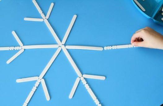 Construiți un fulg din bețișoare! Un exercițiu foarte distractiv pentru cei mici. Puteți începe prin a construi dumneavoastra jumatate de fulg, cei mici urmand sa-l termine, exersând astfel simetria. Apoi pot să-l construiască de la zero, urmărind să numere bețișoarele folosite. Cu acest joc puteți de asemenea să exersați și fracțiile: un sfert, trei sferturi, o jumatate, un întreg.