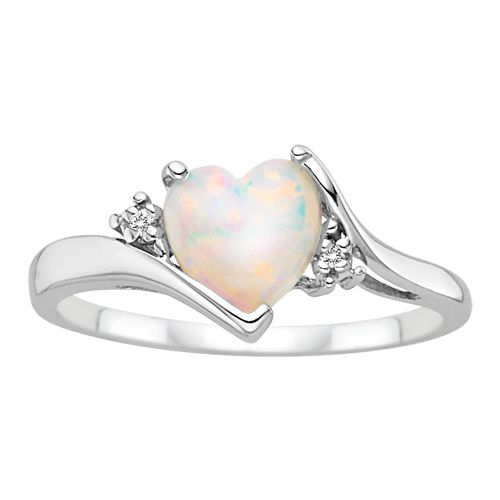 I am absolutely in love with this opal ring.! It's sooo pretty.