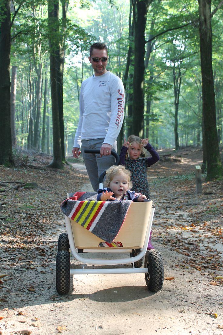vader met de Jipfish Wagon en kinderen het bos in! Super!!