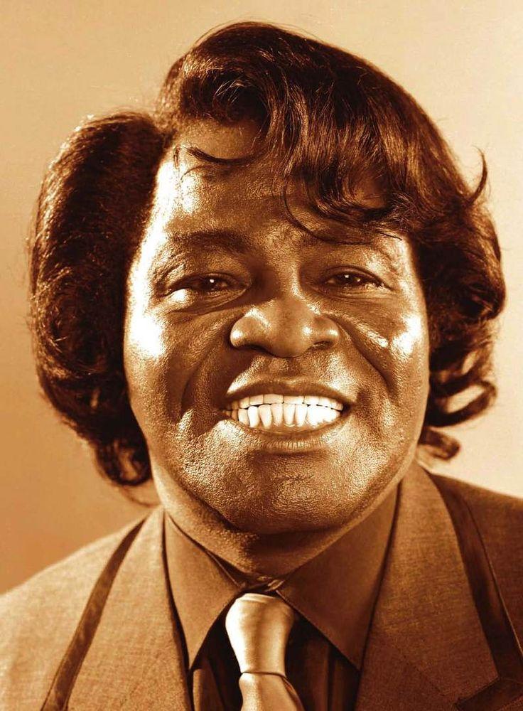 James Brown Por muitos anos, os shows da turnê de Brown eram as mais extravagantes produções na América. Na época de sua morte, sua banda incluía três guitaristas, dois baixistas, dois bateristas, três na sessão de sopro.Brown empregava entre 40 e 50 pessoas para a turnê James Brown Revue, que chegava a 330 shows por ano