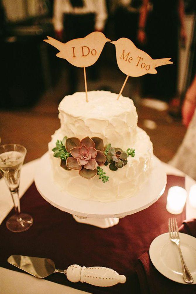 Topos de bolos incomuns O universo casamenteiro está em constante crescimento e as novidades nunca param de chegar. Uma das novas tendências são os topos de bolos incomuns de plaquinhas, bandeirinhas e iniciais dos noivos. Isso mesmo, meninas! Nada mais...
