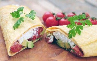 Omelette wrap with Cottage Cheese, cherry tomatoes and avocado. Wrap van omelet met Hüttenkäse trostomaatjes en avocado.