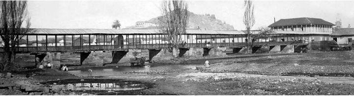 1870 aprox. Puente de Palos, por aquí cruzaban los viandantes al otro lado del mapocho, hacia La Chimba, estaba a la altura de San Antonio, nótese el cerro Santa Lucía atrás. El peñón Huelén. La Chimba se le llama a todo lo que está del otro lado del río, en el caso de Santiago, Recoleta, Independencia, las quintas del actual barrio Patronato, sector de remolienda.