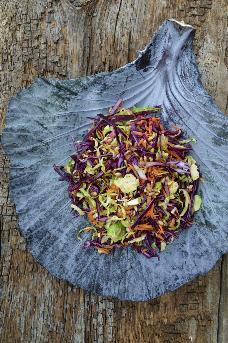 Een lekkere red coleslaw, maar dan met rode kool en spruitjes. Heerlijk winters en ideaal als bijgerecht. *Tip: je kunt deze salade maximaal een dag van tevoren maken. Bewaar je hem langer? Dan ontstaat de kans op verkleuring. De smaak blijft echter nog drie à vier dagen goed. Bij dit recept is het handig als je een keukenmachine […]