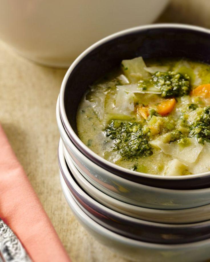 Een heerlijke stevige maaltijdsoep, vol groenten die in de winter op hun best smaken. Heerlijk op een lekker koude avond!