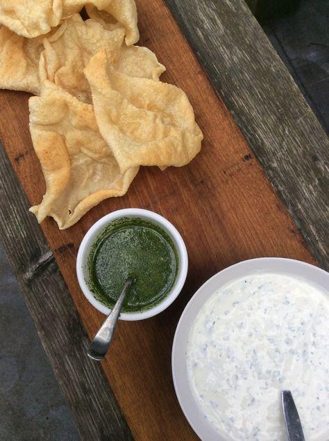 papadums met 2 dips, yoghurt-munt en koriander saus…