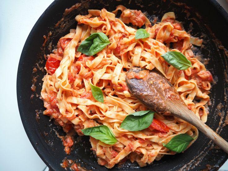 Těstoviny s rajčaty, ricottou a pancettou