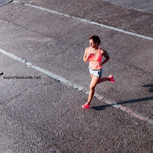 A corrida no combate ao triglicérides  Os triglicérides são partículas de gorduras, como o colesterol, presentes no sangue e de grande utilidade para o metabolismo do corpo, é a reserva energética de um atleta. Seu nível normal é de até 150 mg/dl. Se esse valor estiver elevado representará um risco para a saúde, principalmente cardiovascular.  Para um praticante de exercícios regulares por períodos longos como a corrida, esses valores caem atingindo níveis sanguíneos na faixa de 50 mg/dl…