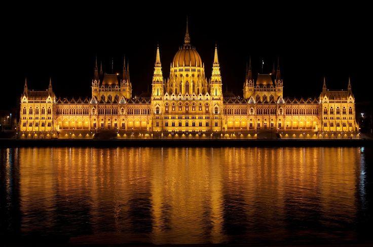 Budapest, la perla nascosta dell'Europa - Poche città al mondo possono reggere il confronto con Budapest, la perla dell'Ungheria: parliamo di una metropoli che ha saputo mantenere fede alle proprie tradizioni centenarie, senza per questo privarsi di quel tocco di modernità che, sapientemente dosato, le è valso l'etichetta di città del design. - Read full story here: http://www.fashiontimes.it/2016/10/budapest-perla-nascosta-europa/