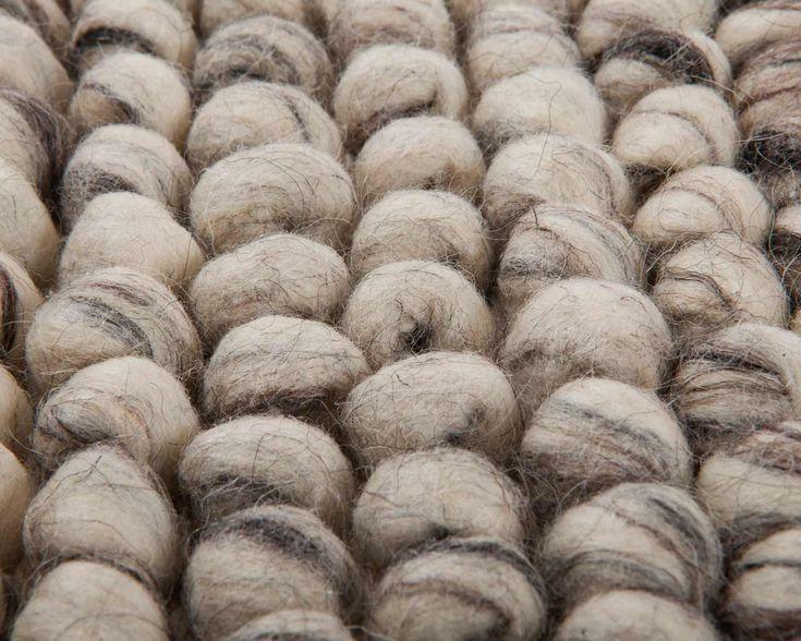 El uld loop tæppe består af uldgarn der foldes som små løkker, så de danner bobler i tæppet.  Ulden kartes og spindes i hånden, og det giver tæppet et mere naturligt udseende og gør det desuden ekstra varmt. Du kan læse mere om processen her: http://www.sukhi.dk/sadan-laver-et-uld-og-felttaeppe