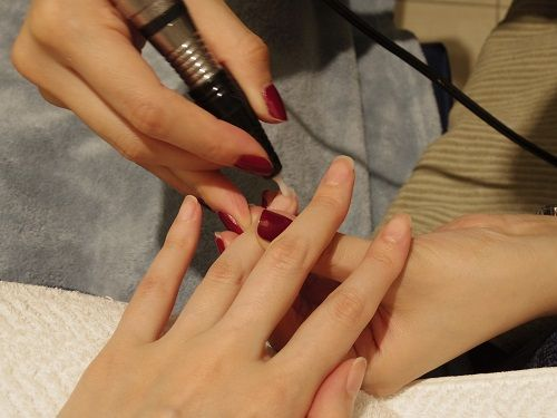 爪の形を整え(TAACOBAオリジナルのスクエアラウンド)、甘皮を処理するなど、基本的な爪のケアはもちろんですが、ネイルのもちをよくするためには、「ルーズスキンの除去」がとても大切なんだそう。 #nail #ネイル #japanisegirl #anecan #anelady
