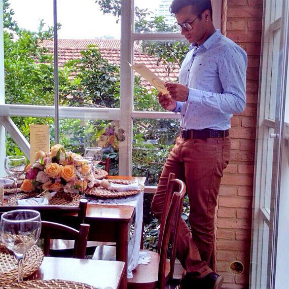 Diego Rangel, 29 anos, designer de interiores de Campos, RJ veste:  Calça – ELLUS Camisa – ELLUS 2COND FLOOR Sapato – PRIMARK BERLIM