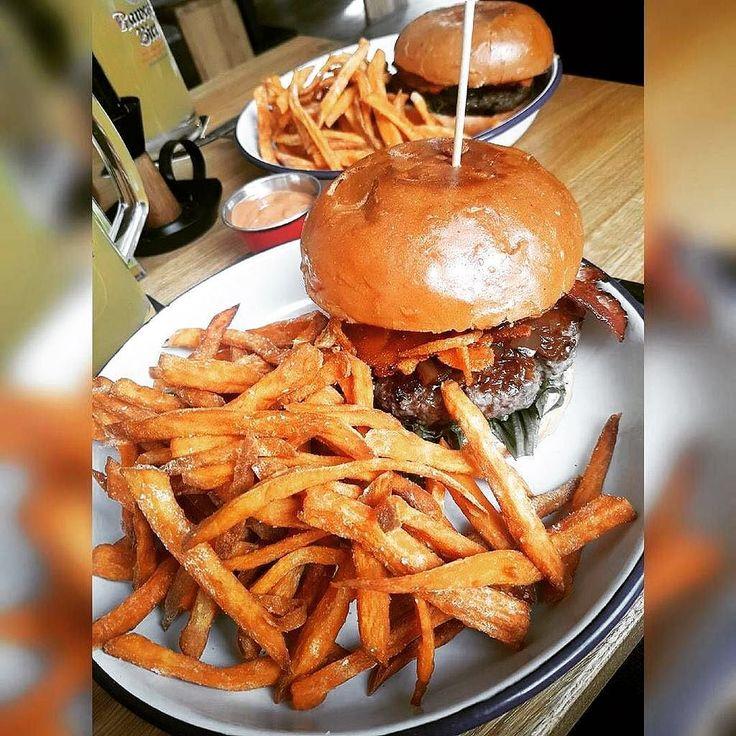 Einfach schöner #mädelsabend  - reposting @fit.run.caro  .  .  #instafood #fooddiary #bbq #burgerlove #süßkartoffel #süßkartoffelpommes #nomnom #burger #marktredwitz #fries #bacon #instaburger #sweetpotato