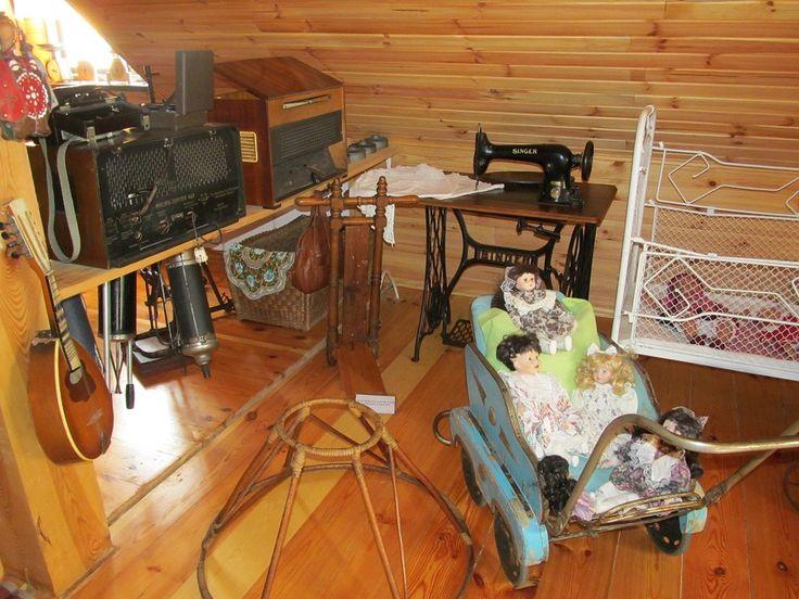 """Zbiór żelazek z duszą, dawne łyżwy, maszyna do lodów, nawet odkurzacz! Fascynujące przedmioty i jakie """"nowoczesne"""" jak na tamte czasy.  www.it.mragowo.pl"""