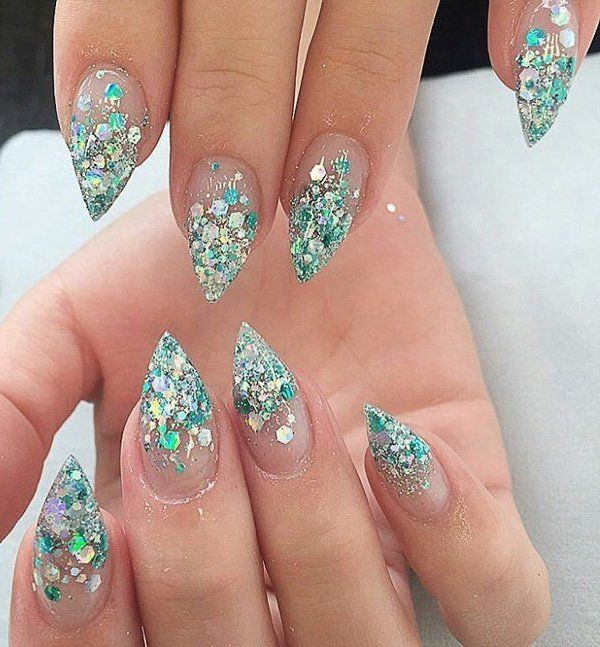 The queen beach in summer, and winter queen in winter. Excellent idea for nails.