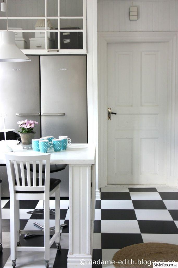 kök,lantligt,vitt,vit,inredning,inredare,rutigt golv,rutigt köksgolv,pärlspont,sekelskifte,barbord,köksö,rostfritt,turkost