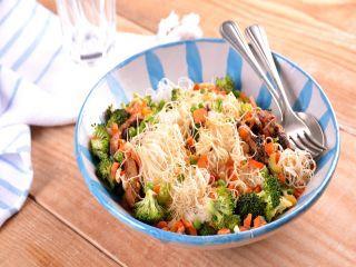 Receta de Pollo satay con fideos, verduras y cacahuetes