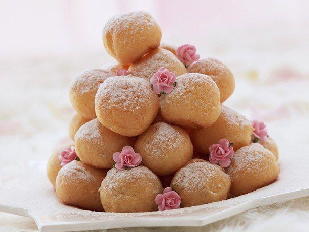 Любимые пончики из творога для малышей   Детки обожают разные сладкие лакомства, и, конечно, они без ума от пончиков! А поэтому приготовим им вкусные, а главное, полезные пончики из творога, ведь многие мамы с ума сходят в попытке запихнуть в малыша ложку творога. А тут, уж поверьте, они  съедят его с удовольствием и попросят добавки!   Ингредиенты:  кефир — 1 ст. творог — пол пачки (250-грамовой) яйца — 3 шт. сахар — 0,5 ст. мука сода, соль — по щепотке.