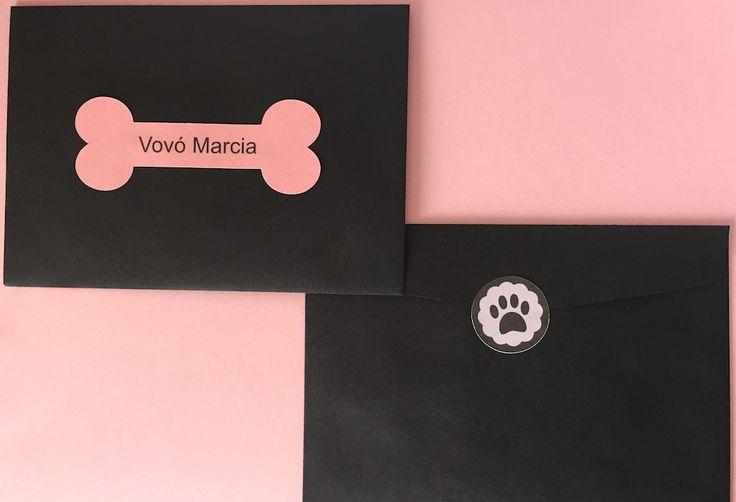 Convite de aniversário no tema cachorrinho;  Convite feito em formato de pata de cachorro, acompanha envelope e etiqueta com nome do convidado;  Pode ser personalizado na cor desejada;    Medidas do envelope: 10cm x 15cm    *Medidas e peso aproximados!  *Prazo de produção de 10 dias úteis, contad...