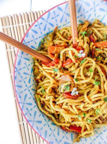 Ces nouilles chinoises au lait de coco et légumes sont une véritable invitation au voyage. Laissez vous emporter par la douceur de cette délicieuse recette.