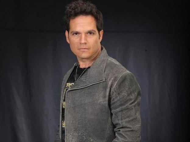 El actor Carlos Farrera confesó que después de las 12 de la noche acompaña a la música de Chente con un buen tequila.