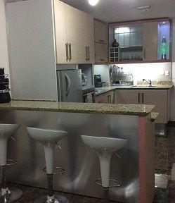 Muebles de cocina tipo barra de tres puestos con frente enchapado en laminado decorativo aluminizado, sillas de barra blancas de altura graduable y detalle de orillo en rosado con acabado hight gloss. #muebles #mueblesBogota #mueblesAlamedida #mueblesDEdiseño #personalizaTUmueble #mueblespersonalizados #creaTUmueble #imaginaTUmueble #diseñaTUmueble #ideasdediseño #decoración #reformas #mueblesdecocina #cocinasBogota #cocinasintegrales