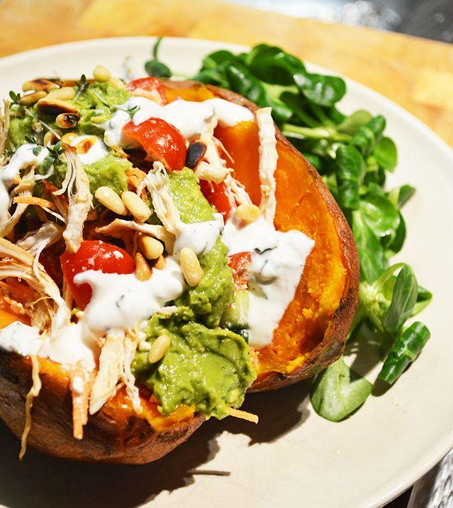 Gepofte zoete aardappel met groente en frisse saus.Heerlijke combinatie! De zoete smaak van de aardappel en de frisse zure room en guacamole erbij.Genieten!