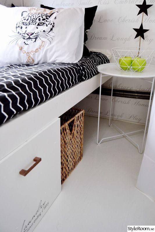 Praktiskt förvaring under sängen i husvagnen.