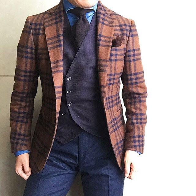 . 2016/10/19. . おはようございます. . 今日は… . ジレを濃いめでコーデしました✨. . ブラウンとダークネイビーがミックスされた ジャガードジレっす. . タリアトーレのジレは Vゾーンが狭く雰囲気が変わるので、 これまたお気に入りです✨ . Jacket #DePetrillo Shirts #GIANNETTO Gilet #TAGLIATORE Tie #LUIGIBORRELLI Chief #Holidayandbrown Pants #GERMANO * * * #mensstyle #mensfashion #menswear #mnswr #wiwt #fashion #fashionstyle #fashionable #me #photooftheday #picoftheday #instagood #instastyle #instafashion #IGfashion #instacool #coordinate #dapper #ootd #outfit #outfitpost #fashiongr...