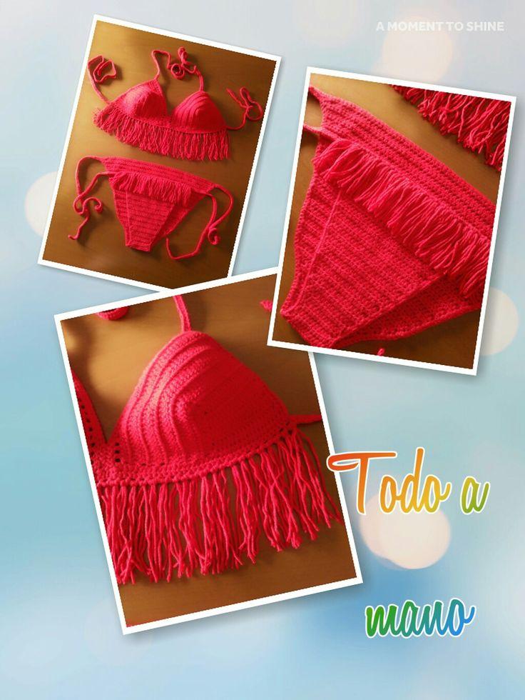 Bikini crochet rojo pasión. Anudado en cuello y espalda, sin copas y con flecos. Braguita anudada en caderas y con forro en el interior.